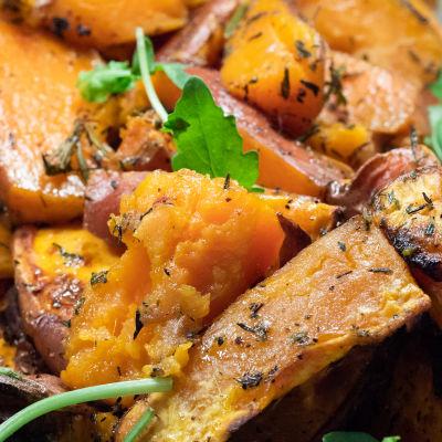 lagad sötpotatis med kryddor - närbild