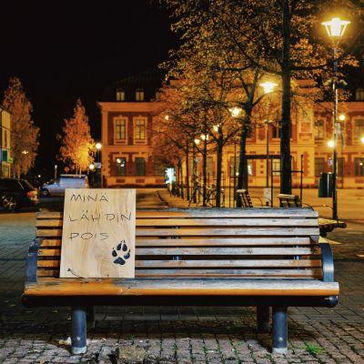Penkki, jolla Kosiosusi-patsas on istunut, on tyhjillään Joensuun kävelykadulla.
