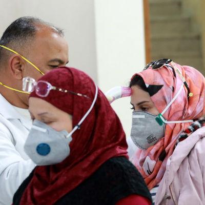 Hälsokontroll på flygplatsen i Bagdad.