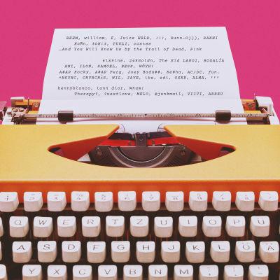 Kirjoituskone, mistä tulevaan paperiin on kirjoitettu artistinimiä, jotka ovat kieliopista poikkeavia.