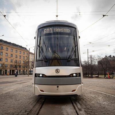Helsingin uusi Raide-Jokeri-linjalle tuleva pikaraitiovaunu Vallilan varikolla.