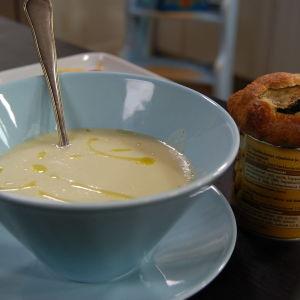 Soppa och brioche av zucchini.