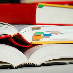 Böcker med post-it lappar