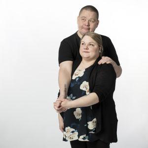 Ilkka Koski ja Iida Missoume esittelevät diabetes-tatuointejaan.