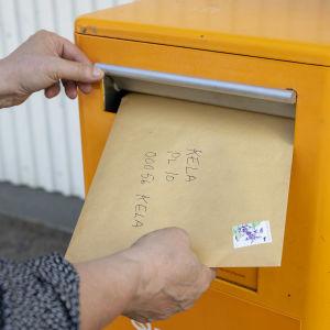 kirjeen pudotus postilaatikkoon