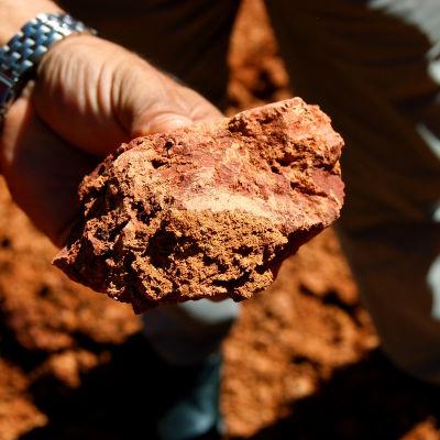 En brun klump bauxit, jordarten ur vilken aluminium kan utvinnas.