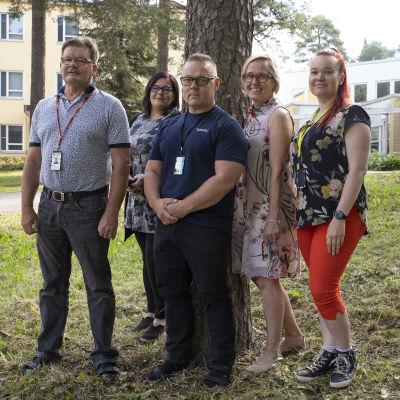 Juhani Hedman, Mervi Lehtola, Tapani Kokkarinen, Nina-Maria Ahola ja Noora Savela Varkauden sairaalan psykiatrian osastolta.