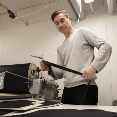 Välineteknikko Janne Happonen valmistaa hyppypukua.