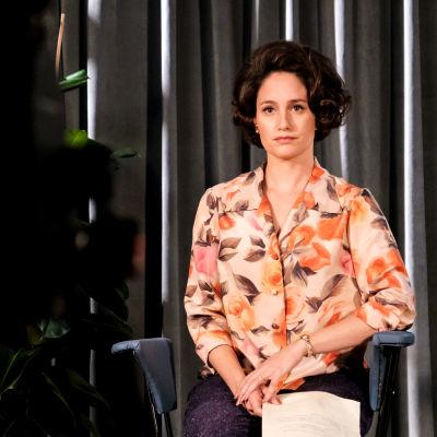 Tv-kuuluttaja Marie Gillain (näyttelijä Christine Beauval) kameran edessä studiossa
