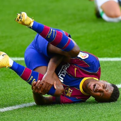 Ansu Fati vrider om sitt knä.