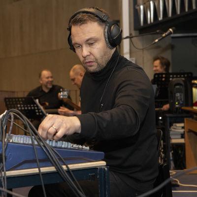 Ossi Jauhiainen säätää äänimikseria Alavan kirkon urkuparvella. Taustalla muusikot Mikko Tuomi, Tony Lehto ja Antti-Pekka Rissanen.
