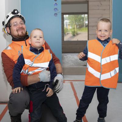 Rakennusliike Salmisen vastaava työnjohtaja Joonas Kaskenaho poikiensa Vilhon ja Väinön kanssa.