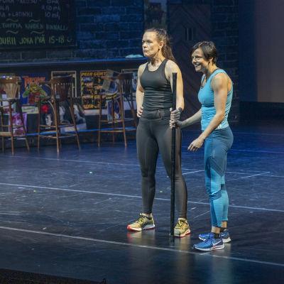 Virpi Rautsiala ja Sari Harju näyttämöllä Tahto -näytelmän kohtauksessa Kuopion kaupunginteatterissa.