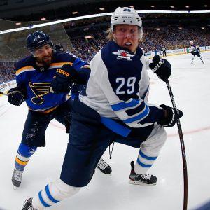 Patrik Laine visar stark form i slutspelsserien mot St. Louis.