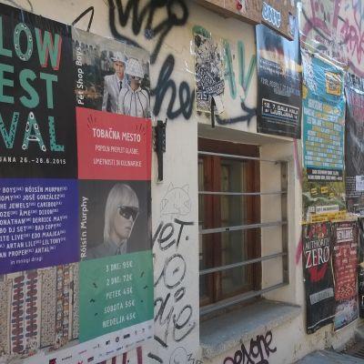 Flowfestivalen syns i gatubilden i Ljubljana med affischer och graffiti på husväggar.