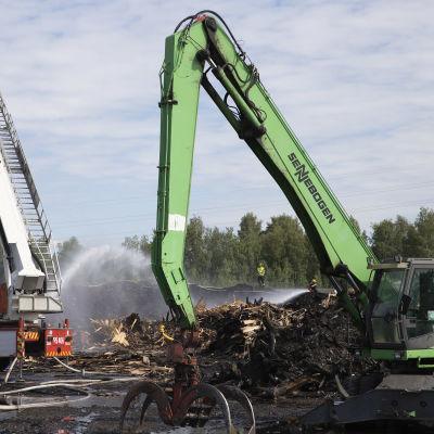 Jälkisammutustöitä Stora Enson Varkauden tehtaiden hakepuualueella.
