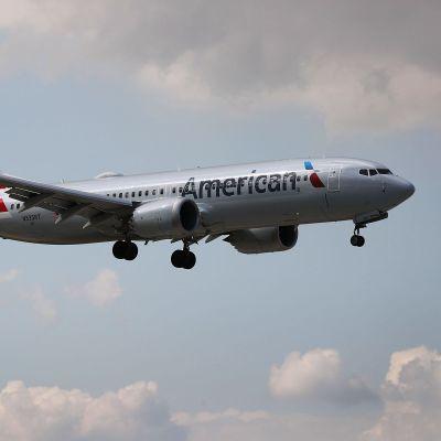 Ett American Airlines-plan av typen Boeing 737 MAX förbereder sig för landning vid flygplatsen i Miami den 12 mars 2019.