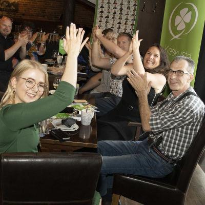 Mikkelin keskustapuolueen väki iloitsee tulostaan vaalivalvojaisissaan.