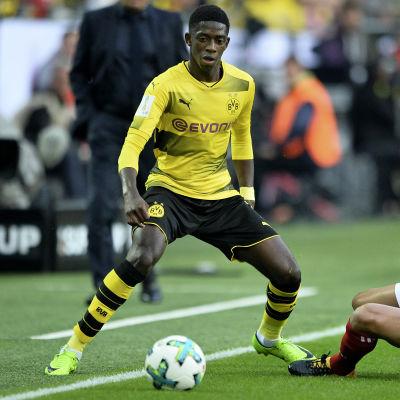 Borussia Dortmunds Ousmane Dembelé möter Bayern Münchens Rafinha.