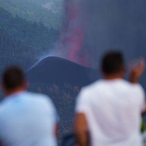 Människor betraktar vulkanutbrott på La Palma september 2021