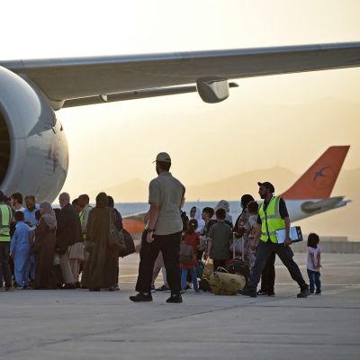 Matkustajia nousemassa Qatar Airwaysin koneeseen Kabulin lentokentällä torstaina 9. syyskuuta.