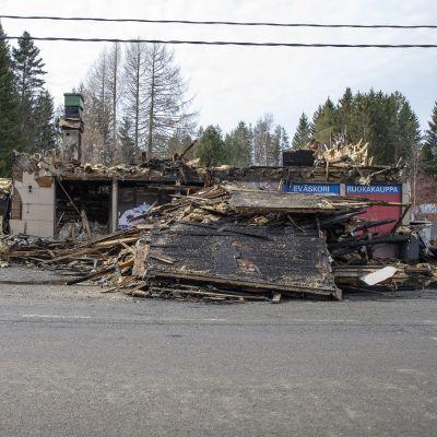Palanut kaupparakennus Alapitkän kylällä Lapinlahdella Pohjois-Savossa.