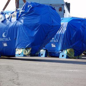 En 58 ton tung Wärtsilämotor lastas ombord på ett fartyg.