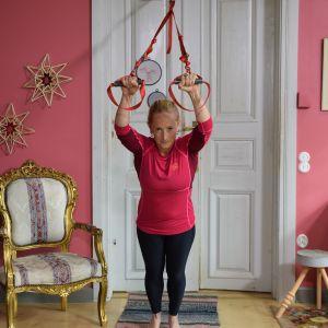 Alexandra De Paoli tränar med träningsremmar inomhus.