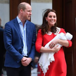 Prins William och hertiginnan Kate med sin nyfödda son Louis Arthur Charles.