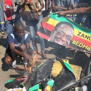 Demonstranterna brände bilder av Zanus ledare, president Emmerson Mnangagwa