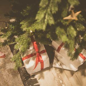joulukuusi ja lattialla lahjoja