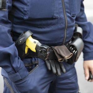 Poliisin varustusta, muunmuassa ase vyötäröllä