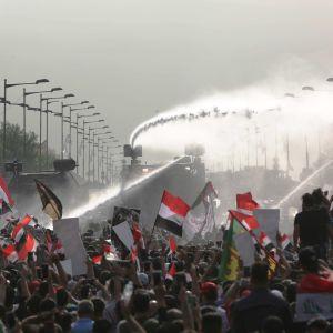 Kravallpoliser sköt varningsskott och använde vattenkanoner och tårgas för att förhindra demonstranter från att ockupera Tahrirtorget i stadskärnan