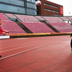 Marko Niemi ja Minna Kyyhkynen pitävät palloa ilmassa