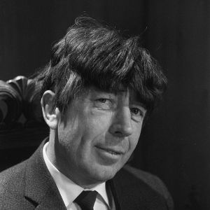 Toimittaja Knud Möllerille asetellaan Beatles-mallista peruukkia Tuulimylly-viihdeohjelman kuvauksissa vuonna 1965.