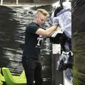 Jussi Lampio purkaa pakkauksia