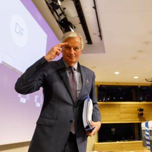 EU:n pääneuvottelija Michel Barnier tervehti perjantaina Britannian pääministeriä Boris Johnsonia. Molemmat ovat sairastaneet koronaviruksen.