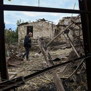 Ashot Aghajanian promenerade på gården till sitt förstörda hus i Stepanakert på söndag morgon. Enligt honom hade det förstörts i azeriskt bombardemang under natten mot söndagen.