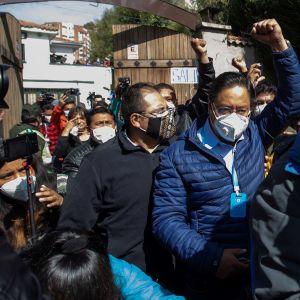 Vänsterns presidentkandidat, förre ekonomiministern Luis Arce firade valsegern med sina anhängare i huvudstaden La Paz.