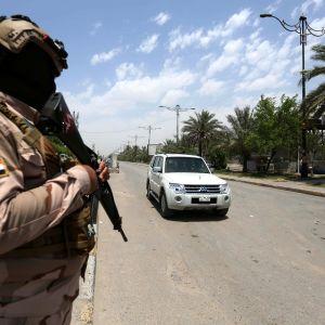 Irakilainen sotilas vartioasemalla. Arkistokuva kesäkuulta 2020.