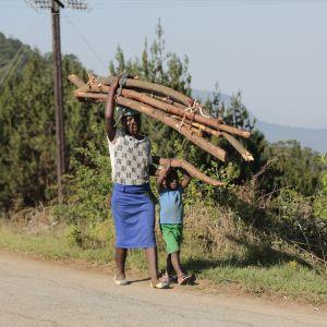 Ved behövs då det inte finns elektricitet. Nyanga, Zimbabwe.