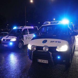 Poliisiautoja pimeällä Mannerheimintiellä