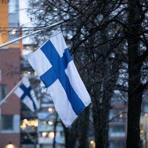 Suomen lippu liehuu kerrostalon edeustalla