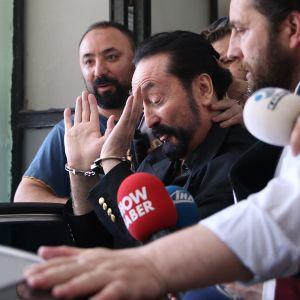 Adnan Oktar rehvakkaana pidätystilanteessa