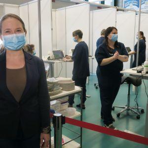 hoitotyön päällikkö Birgit Aikio ja rokottajat valmiina