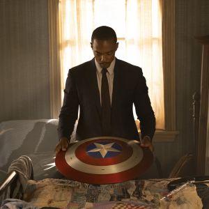 Sam Wilson eli näyttelijä Anthony Mackie pitelee Kapteeni Amerikan kilpeä.