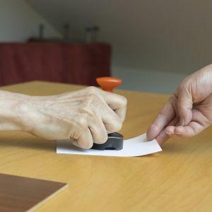 Äänestyslippu saa leiman Mikkelin virastotalon äänestyspaikalla.