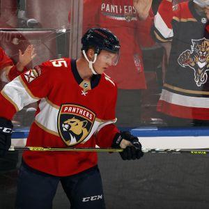 Anton Lundell pomputteli kiekolla ennen uransa ensimmäistä NHL-ottelua.