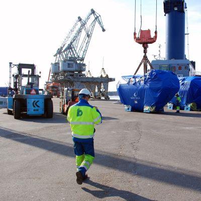 Tolv Wärtsilämotorer lastas ombordpå ett fartyg för export till Ryssland.