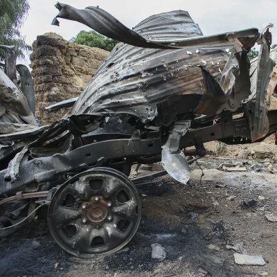 Barn inspekterar islamisternas förstörda fordon i Diabaly